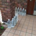 玄関先に猫よけペットボトル