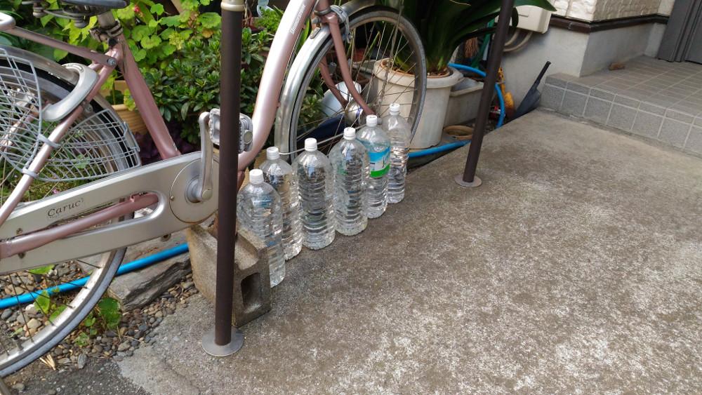 自転車の周りに猫よけペットボトル