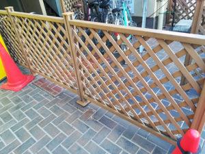 自転車置き場の木製フェンス
