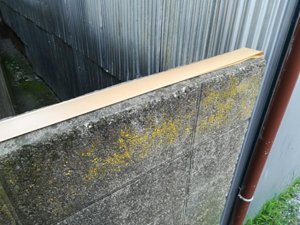 ブロック塀の上にガムテープ