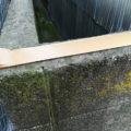 塀の上のガムテープ