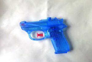 青い水鉄砲